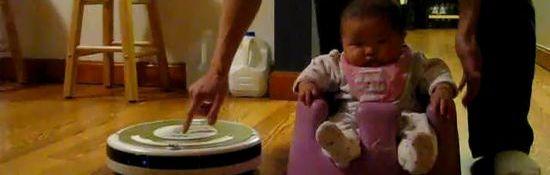 Bébé sur un robot aspirateur Roomba #1