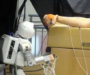 Un robot contrôle un bras humain avec des impulsions électriques #1